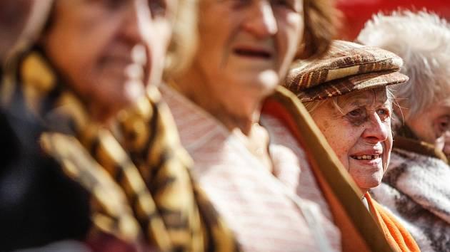 V Mostě budou slavit svátek seniorů. Ilustrační foto.