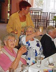 Oslava devadesáti a víceletých klientů domova pro seniory.