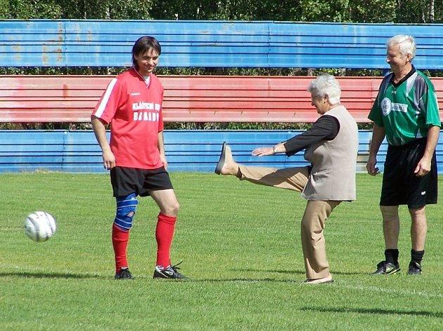 Miluše Mitošinková provedla na fotbalovém turnaji v Brandově čestný výkop.