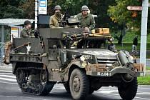 Obrněný transportér Halftrack jede Mostem, pátek 14. října.