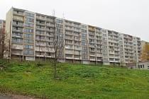 Jedním ze zazděných paneláků v Janově je devítivchodový dům v Gluckově ulici.
