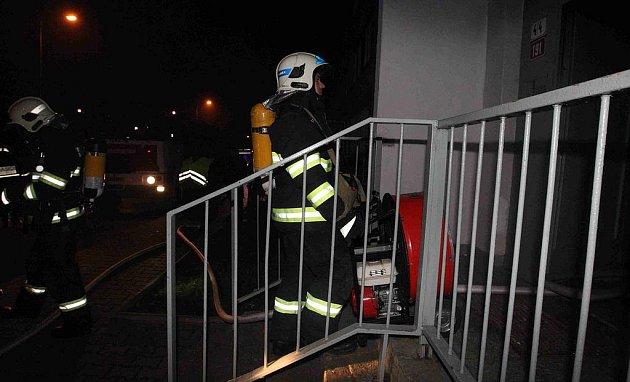 Hasiči zasahují u požáru odpadu v kočárkárně panelového domu