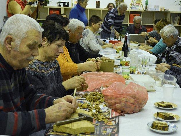 Setkání Maďarů u louskání ořechů v Klubu národnostních menšin v Mostě.