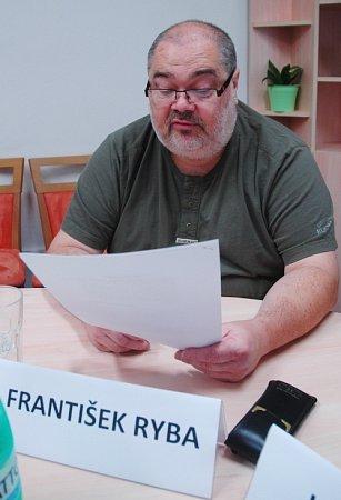 František Ryba ze Sdružení Mostečané Mostu čte prohlášení, ve kterém vedení sdružení kritizuje název nového volebního subjektu Mostečané Mostu.
