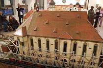 Dvě stovky lidí zahájily v prosinci 2012 provoz stálé expozice o starém Mostě v mostecké městské knihovně. Expozice vznikla na popud Sdružení Mostečané Mostu, které tehdy ovládalo radnici.