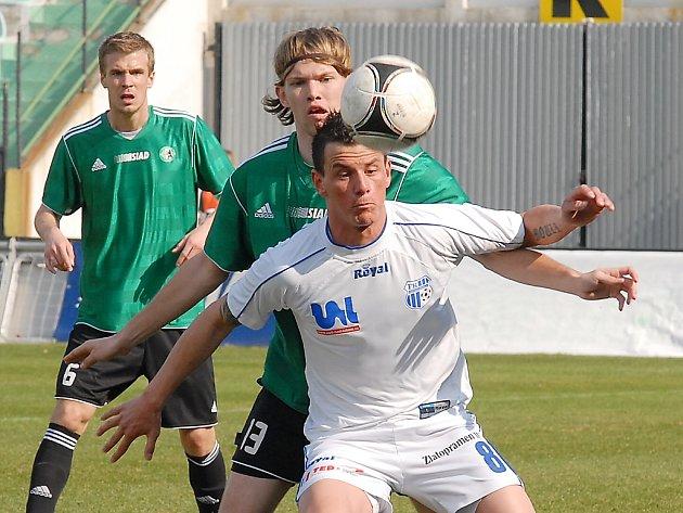 Fotbalisté Mostu (v zeleném) a Ústí v severočeském derby, které ovládlo Ústí 2:0.