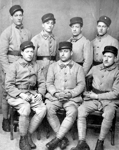 Rodinný klan bratrů Macalů včs. zahraniční armádě ve Francii vroce 1939.Vpředu sedí Rudolf, František a Jiří. Nahoře stojí Alois, Richard, Antonín a Karel.