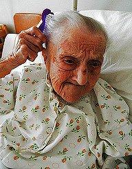 Stoletá Anna Zusková se na nemocničním lůžku češe před příchodem gratulantů. Hřeben je z 19. století a patří její prababičce. Seniorka velmi chválila zdravotní péči.
