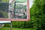 Před vstupem do mosteckého parku se objevil billboard propagující konkurenční 3D bludiště v nedalekém Oseku.
