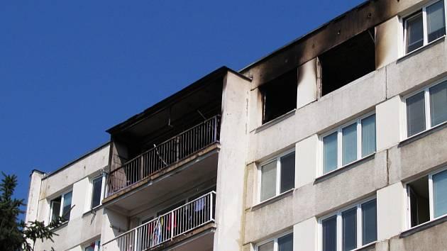 Pohled na okna bytu, ve kterém došlo k explozi.