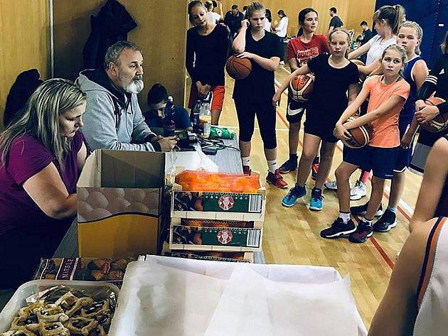 Charitativní sportování mladých basketbalistů BK Baník Most.