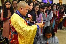 Oslava Nového lunárního roku v mosteckém buddhistickém chrámu byla spojena s náboženským obřadem, který má Vietnamcům přinést štěstí a bohatství. Mnich dává ženám na hlavu rituální schránku ve tvaru stúpy. Vietnamci věří, že přináší štěstí.
