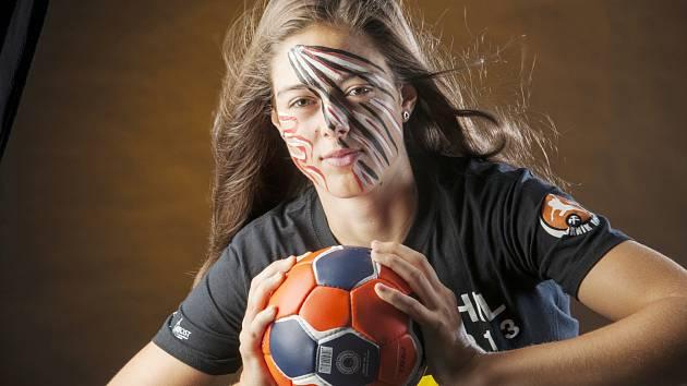 Mostecká reprezentantka Dominika Zachová na klubové fotografii s pomalovaným obličejem. Klubové barvy si mohou nechat namalovat na obličej i fanoušci před sobotním zápasem se španělskou Rocasou.