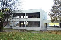 Skelet bývalé školky v ulici Josefa Hory u mosteckého Tesca je vyčištěn a připraví se k rekonstrukci
