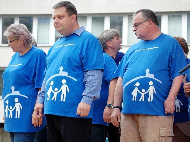 Předvolební show Sdružení Mostečané Mostu na 1. náměstí, kde bylo losování o auta, tablety a další dary pro veřejnost.
