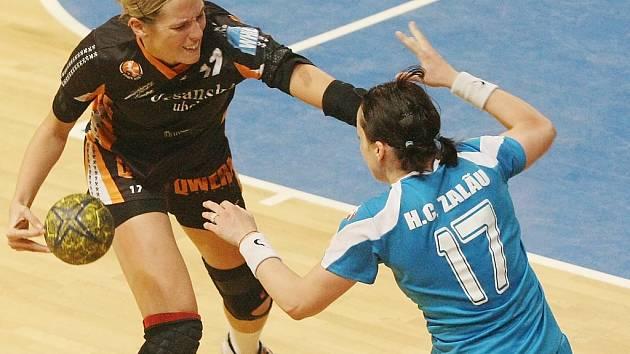 Mostecká Hana Martinková (vlevo) pomohla vyřadit Zalau. Teď bude hrát s Černými anděly proti Dánkám.