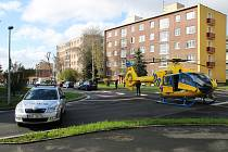 Záchranářský vrtulník přistál dnes dopoledne u plaveckého bazénu. Dopravu kontrolovala městská policie.