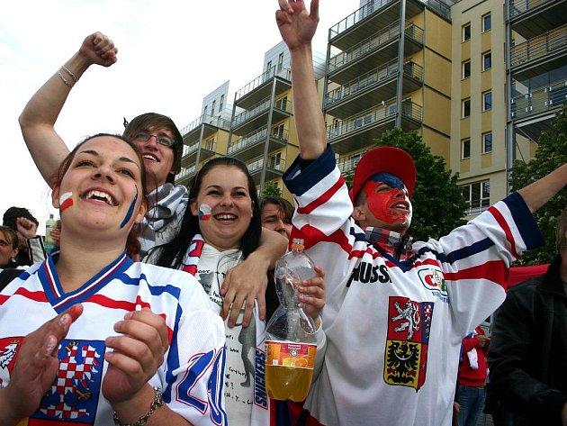 Lidé oslavují na mosteckém náměstí bronz z hokejového mistrovství světa.