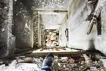 Výtahová šachta v Chánově. V tomto průhledném domě bez dveří a oken by policie našla zloděje snadno.