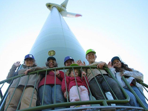 Děti při prohlídce elektrárny u Klínů.
