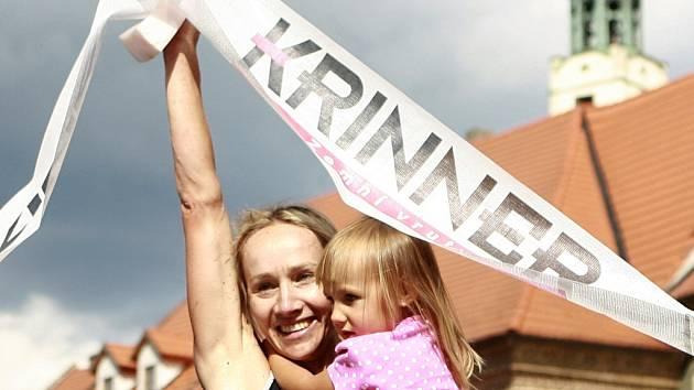 Helena Erbenová se svou dcerou v cíli závodu Xterra Prachatice 2013, který vyhrála.