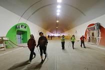 Turistický pochod přes dálniční tunel u Prackovic na dálnici D8 v dubnu 2016.