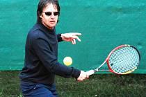 Populární zpěvák Pavel Habera se prohání na tenisových dvorcích u Koldomu v Lítvínově.