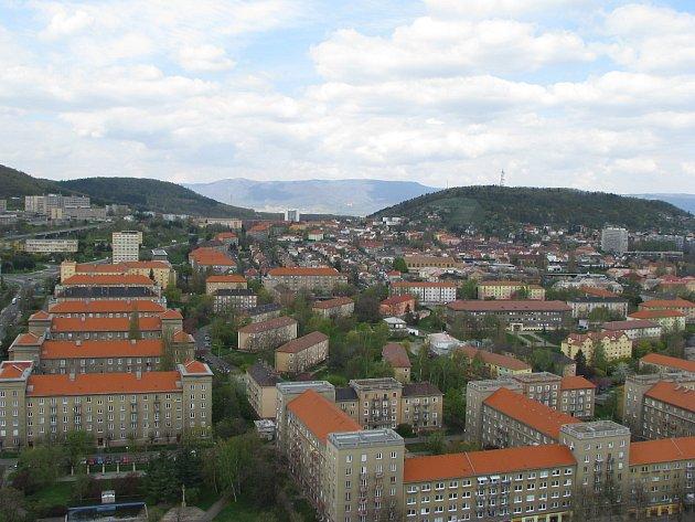 Most pohledem z nejvyšší budovy ve městě.