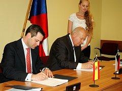 Carlos Monteagudo Tejedor, zástupce španělské společnosti Gonvarri Corporación Financiera, S. L., podepsal s hejtmanem Oldřichem Bubeníčkem smlouvu na rezervaci pozemků v průmyslové zóně Triangle.