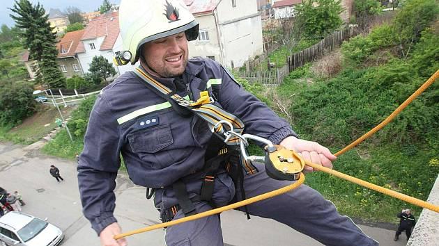 Dobrovolní hasiči zObrnic zkoušejí novou lezeckou výbavu na mostě