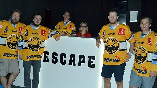 Hokejisté před vstupem do únikové místnosti.