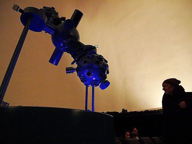 U vstupu do planetária visí oznámení, že hvězdný sál není v provozu.