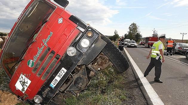 Tatra skončila v příkopu. Řidič chtěl zabránit tragédii.