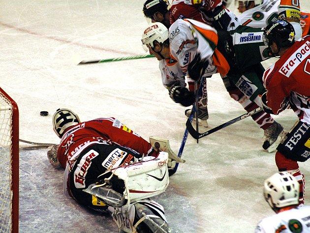 Mostečtí hokejisté (bílé dresy) na svém ledě přivítali nováčka soutěže Chrudim. Nedisciplinovaná Chrudim, která zaznamenala dvanáct vyloučení nakonec v prodloužení po chybě domácí obrany brala dva body.