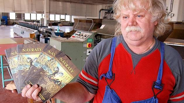 Mostecká Severografia končí. Šéf údržby Oldřich Svoboda ukazuje poslední vytištěnou knihu, budhistickou příručku o znovuzrození.