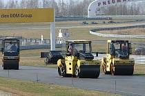 Po závodní dráze se nyní prohánějí stavební stroje - dostává nový povrch.