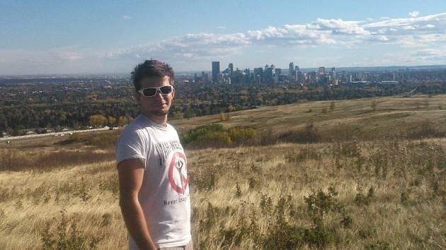 Matěj Hejda a za ním panorama Calgary.