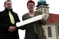 Tajemník arcibiskupa pražského Mikuláš Richard Zdzieblo předává náměstkyni mosteckého primátora Haně Jeníčkové šindel na střechu nového pravoslavného kostela.