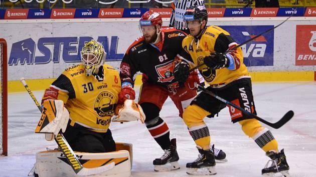 Litvínov (ve žlutém) v domácím zápase s Hradcem Králové.
