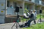 Hudební skupina Silver duo hrála a zpívala na zahradě Penzionu pro seniory v ulici Albrechtická v Mostě.