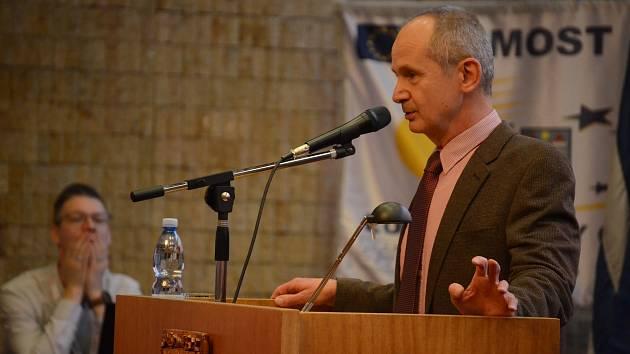 Tomáš Ondrášek (SMM) na zasedání zastupitelstva v Mostě navrhuje, aby projekt na rekonstrukci Repre připomínkovali odborníci na knihovnictví a zástupci veřejnosti.
