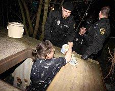 Strážníci přivážejí bezdomovcům v těchto dnech horký čaj, cukroví i dárky