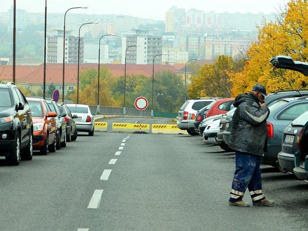 Zavřený most u nemocnice v Mostě.