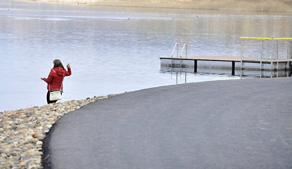 Příroda u jezera Most se po oteplení probouzí, ožívá i stavební ruch