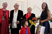 Jurij Galin, umělecký šéf Docela velkého divadla Litvínov, převzal ocenění za významný přínos v oblasti kultury a za šíření dobrého jména města Litvínova.