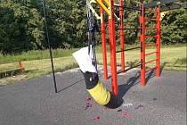 Workoutové hřiště na Šibeníku po útoku vandalů.