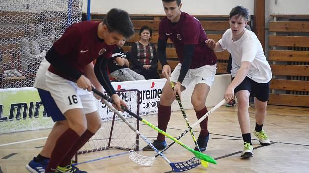 Vánoční charitní florbalový turnaj v tělocvičně mosteckého gymnázia.