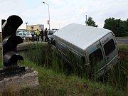 Řidič skončil s dodávkou v hlubokém příkopu