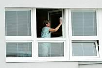 Mytí nových oken v mostecké nemocnici. Další modernizace areálu má následovat jednotlivými akcemi.