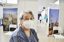 Jiřina Rešová, první očkovaný člověk ve velkokapacitním očkovacím centru v Mostě